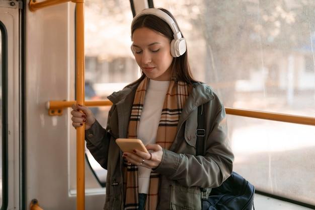 Passeggero che viaggia per la città in tram Foto Gratuite