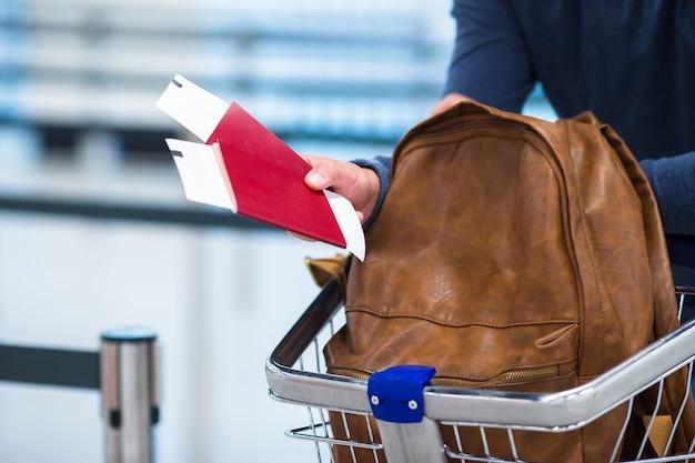 パスポートと搭乗券、荷物台車のバックパック Premium写真