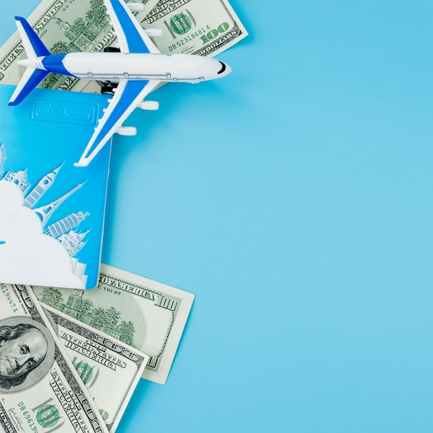 Паспорт с моделью пассажирского самолета и долларов на синем фоне. концепция путешествия, копия пространства. Premium Фотографии