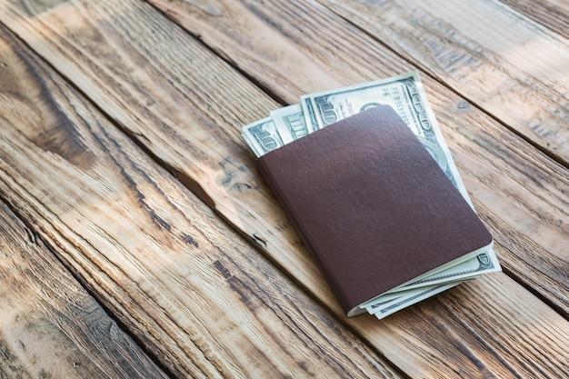 Паспорт с деньгами на деревянных досках Бесплатные Фотографии