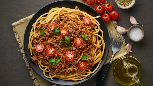 Pasta bolognese bucatini with mincemeat and tomatoes Premium Photo