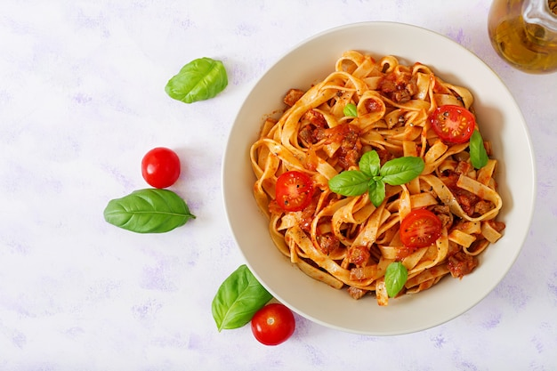Паста fettuccine bolognese с томатным соусом в белом соусе. Premium Фотографии
