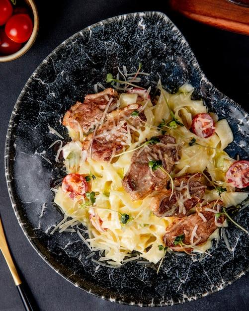 パスタフェットチーネトマト肉パルメザントマトのトップビュー 無料写真