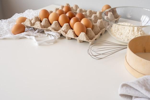 Ingredienti pasta sul tavolo con copia-spazio Foto Gratuite