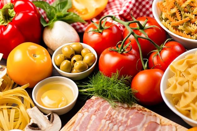 野菜、キノコ、オリーブのパスタの成分。地中海料理のコンセプト Premium写真