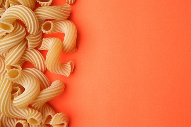 オレンジ色のテーブルのパスタ Premium写真
