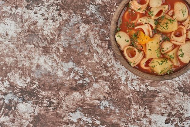 ハーブとスパイスのスープのパスタスープ。 無料写真