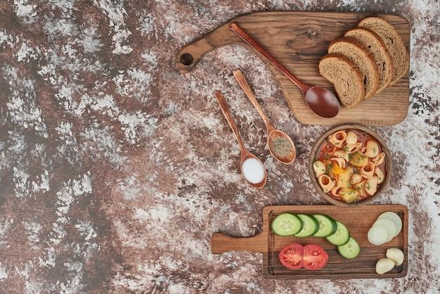 野菜サラダとパンのパスタスープ。 無料写真