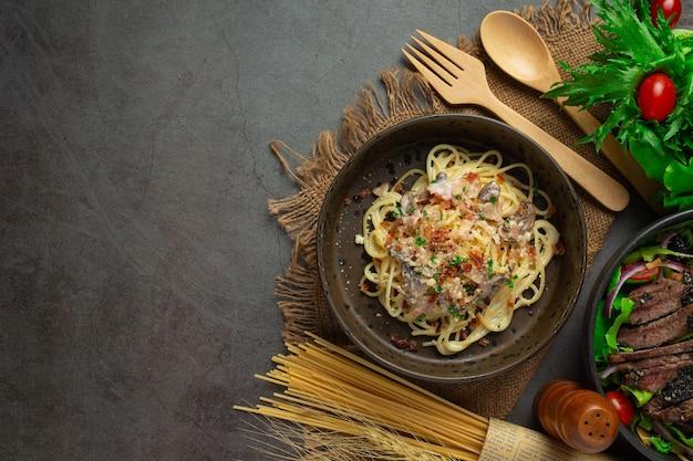 Pasta spaghetti on dark background Free Photo