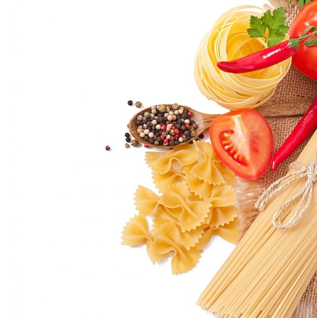 Макаронные изделия спагетти, овощи, специи, изолированные на белом Бесплатные Фотографии
