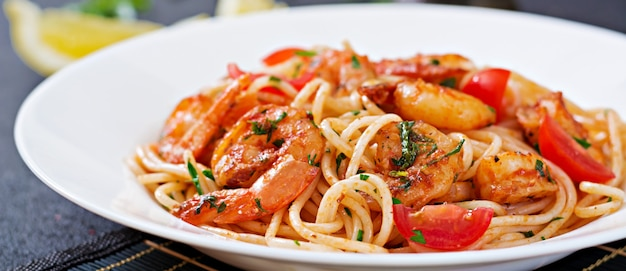 Pasta spaghetti with shrimps, tomato and parsley. healthy meal. italian food. Free Photo