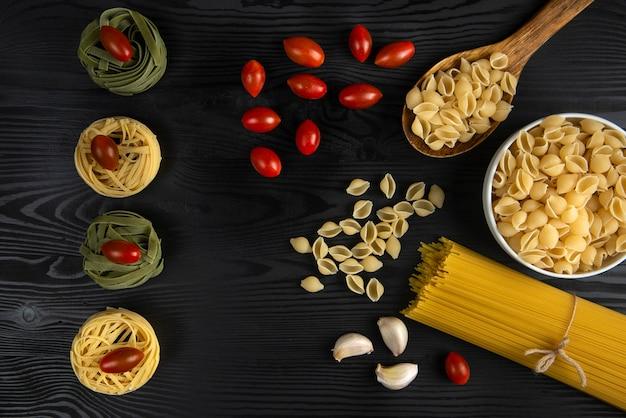 トマトとニンニクを添えたパスタの品種 無料写真