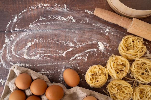 Pasta con uova e farina copia-spazio Foto Gratuite