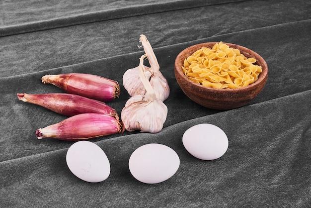 Паста с ингредиентами на черном. Бесплатные Фотографии