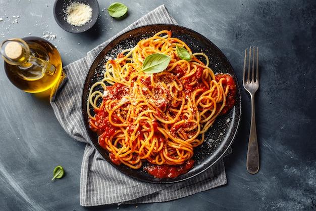 Макароны с томатным соусом на тарелке Premium Фотографии