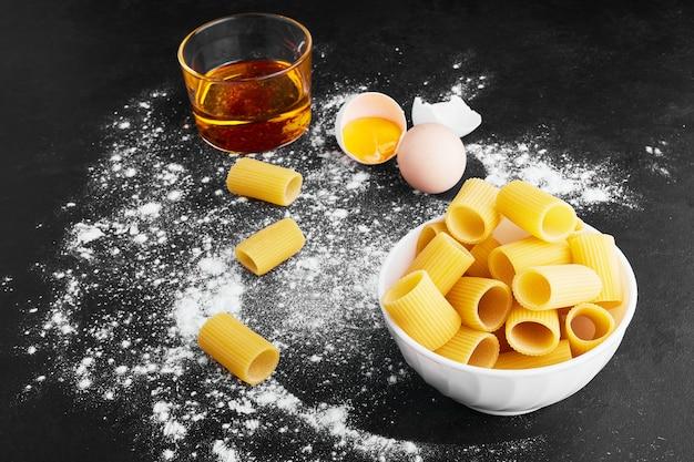 青い表面に卵と酢のパスタ。 無料写真