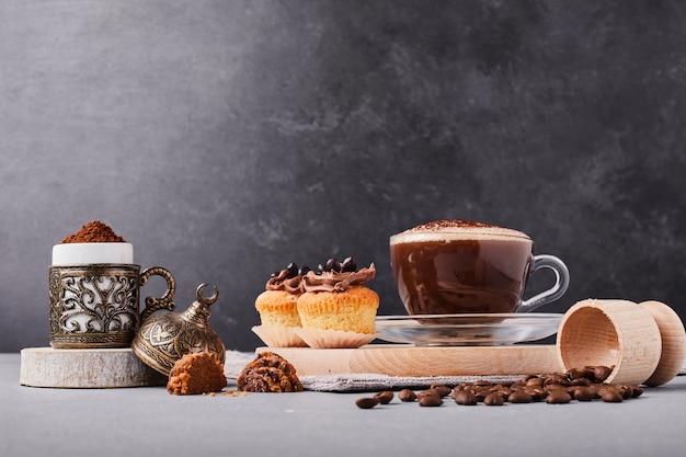 Pasticcini con una tazza di cioccolata calda. Foto Gratuite
