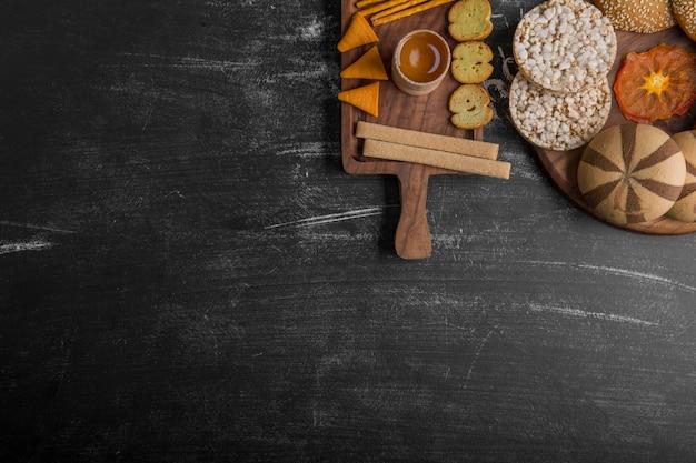 木製の大皿にペストリーとスナックの品種 無料写真