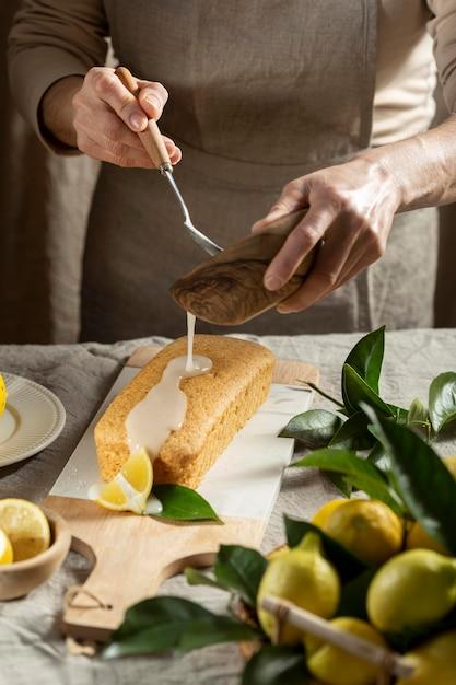レモンケーキにトッピングを加えるパティシエ 無料写真
