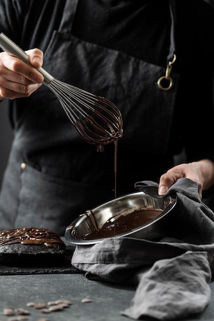 Pasticcere che prepara la torta al cioccolato Foto Gratuite
