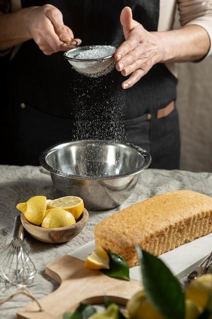 ケーキの材料をふるいにかけるパティシエ 無料写真