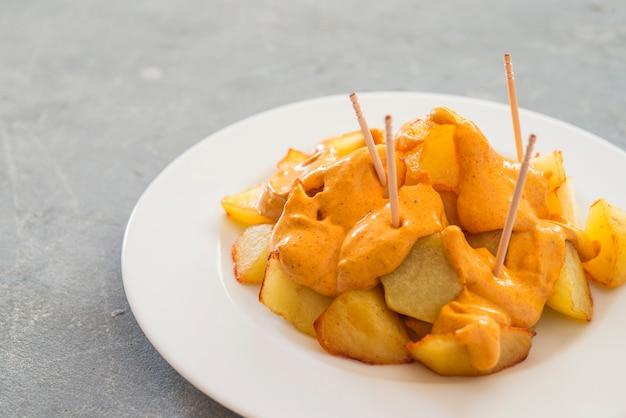 Patatas bravas伝統的なスペインのジャガイモのスナックタパス Premium写真