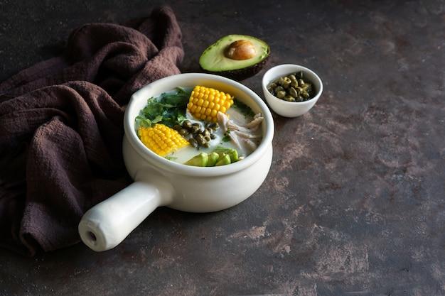 Патато с кукурузным супом ajiaco colombiano, распространенным в колумбии, на кубе и в перу. Premium Фотографии