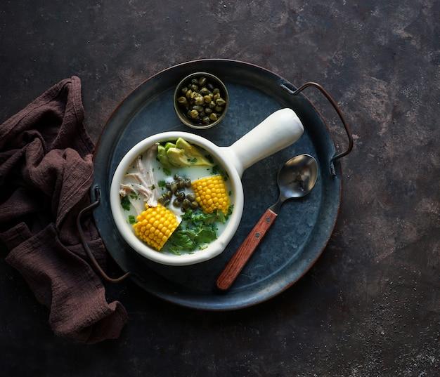 Суп из патато (ajiaco colombiano), типичный суп в колумбии, латинской америке Premium Фотографии