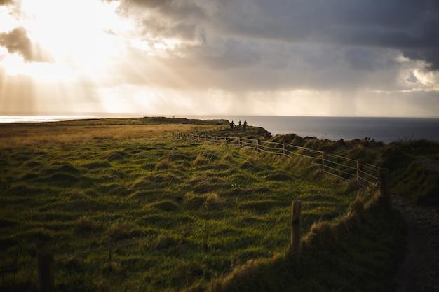 雲景と太陽の光とモハーの断崖のパス Premium写真