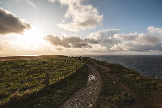 Cloudscapeでモハーの断崖のパス Premium写真