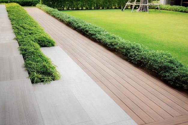 Pathway in garden. Premium Photo