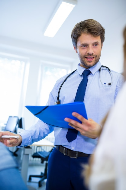 Patient consulting a doctor Free Photo