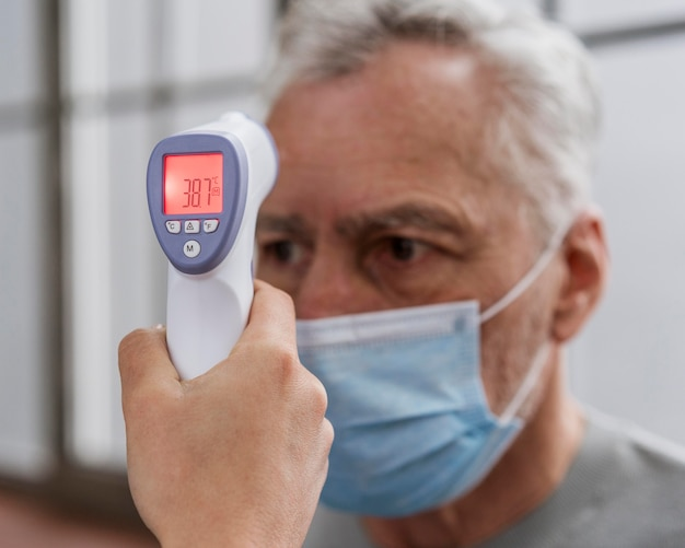 Пациенту проверяют температуру Бесплатные Фотографии