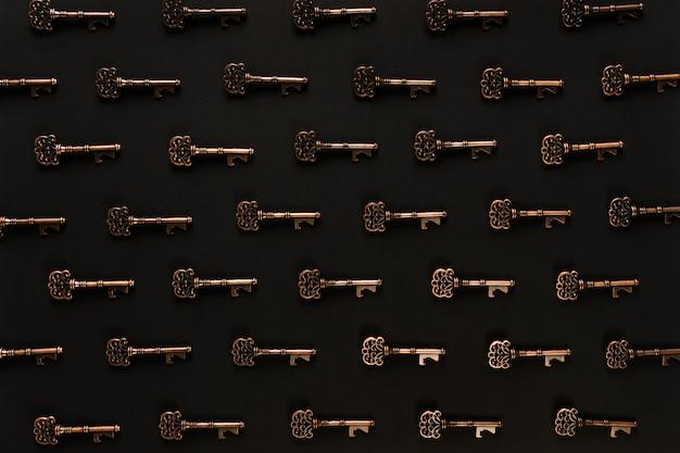 Узор из старинных ключей и черная сцена Бесплатные Фотографии