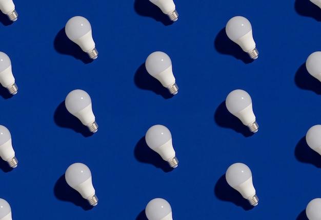 파란색에 Led 에너지 절약 전구 패턴 프리미엄 사진
