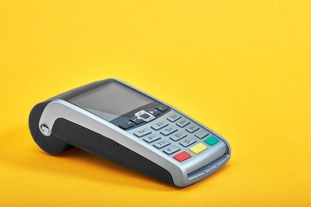 Платежный терминал, компактный pos-терминал на желтом фоне Premium Фотографии