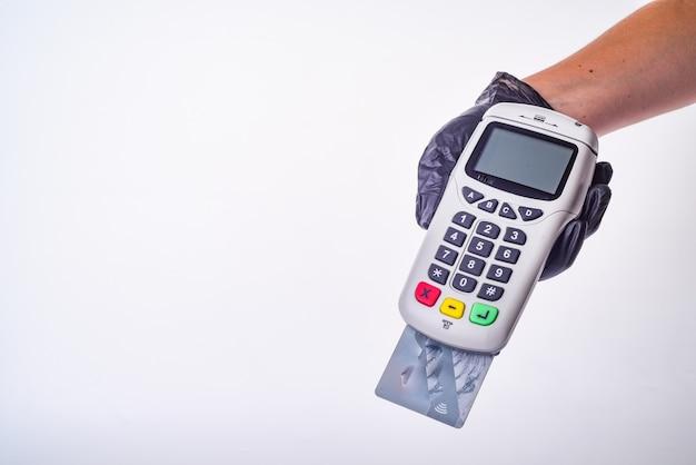 Платежный терминал. рука в перчатке. концепция безопасных покупок Premium Фотографии