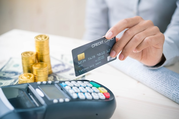 Payment transaction with smartphone Premium Photo