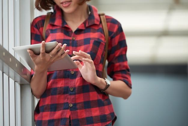 大学でタブレットpcの教育アプリケーションを使用してトリミングされた学生 無料写真