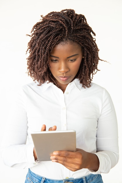 タブレットpcに焦点を当てた若い女性 無料写真