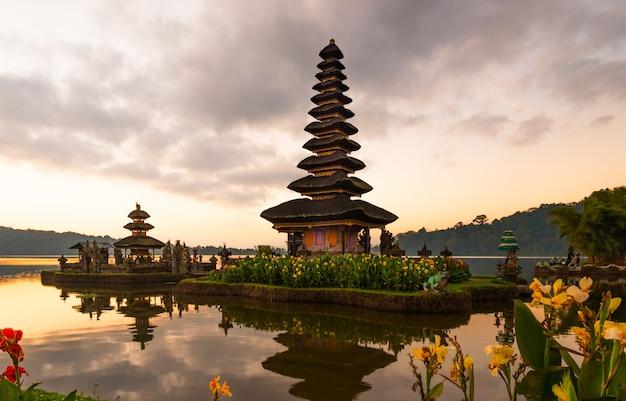 Peaceful atmosphere in early morning during sunrise over pura ulun danu temple the iconic of bali, lake bratan, bali, indonesia. Premium Photo