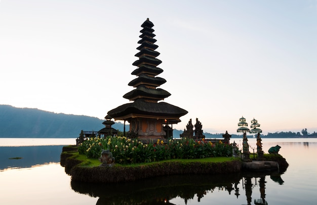 Peaceful atmosphere in early morning during sunrise over pura ulun danu temple the iconic of bali, lake bratan, bali, indonesia. Premium Photo