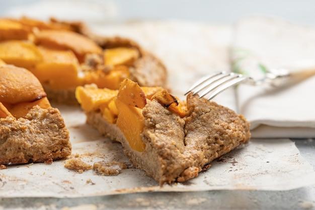Персиковый торт на столе крупным планом Premium Фотографии