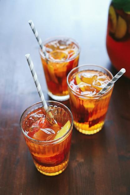 Персиковый сок в чашках с кусочками фруктов внутри Бесплатные Фотографии