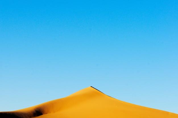 Вечерний пик дюны в пустыне сахара Premium Фотографии
