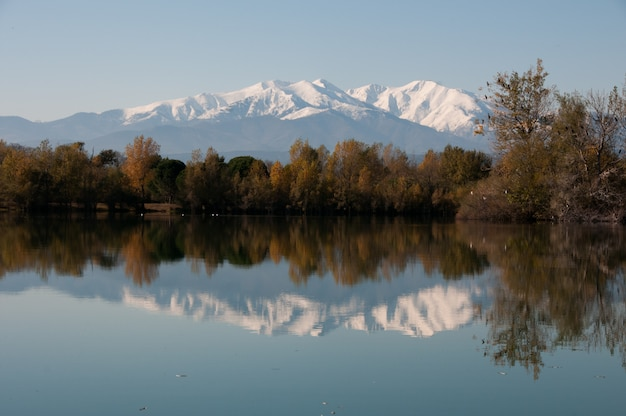 Peaks colours clear lake capped country Premium Photo