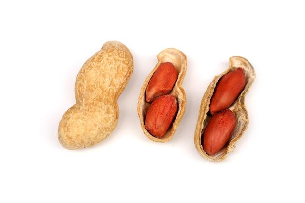 白で隔離されるピーナッツ Premium写真