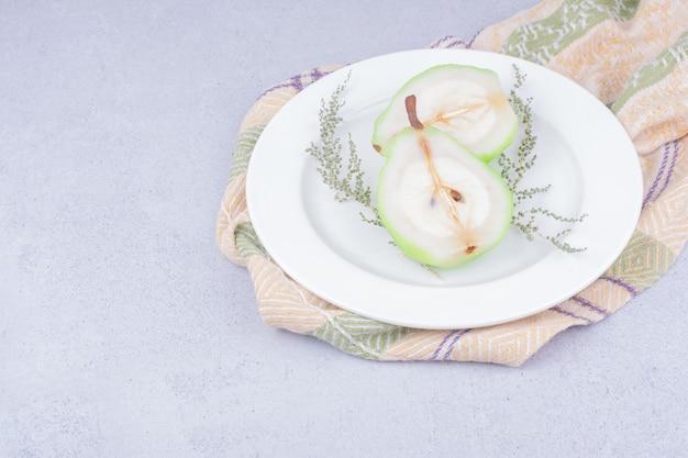 白いプレートにハーブと梨のスライス 無料写真