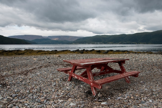 Pebbled beach、bonn bay、ノリス・ポイント、グロス・モーン国立公園、ニューファンドランドaのピクニック・テーブル Premium写真