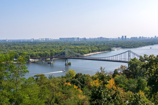 Pedestrian bridge across the dnieper river in kiev, ukraine. Premium Photo